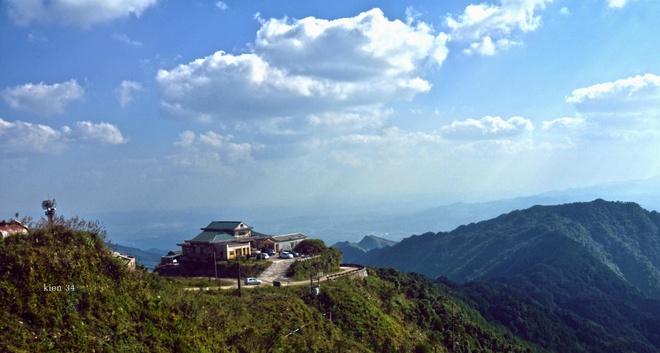 Mẫu Sơn là vùng núi cao chạy theo hướng đông-tây, nằm ở phía đông bắc tỉnh Lạng Sơn thuộc địa phận chính của 3 xã: Mẫu Sơn, Công Sơn huyện Cao Lộc và xã Mẫu Sơn huyện Lộc Bình, nằm cách thành phố Lạng Sơn 30 km về phía đông, giáp với biên giới Việt-Trung.