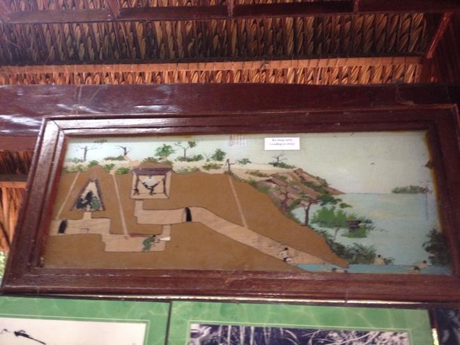 Den dia dao Cu Chi: Di dep rau, chui ham toat mo hoi hinh anh 2 Tranh ảnh trưng bày tại khu địa đạo Bến Dược.