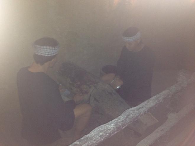 Den dia dao Cu Chi: Di dep rau, chui ham toat mo hoi hinh anh 3 Hầm chế tạo vũ khí – bộ đội cưa bom để lấy thuốc nổ làm mìn, lựu đạn.