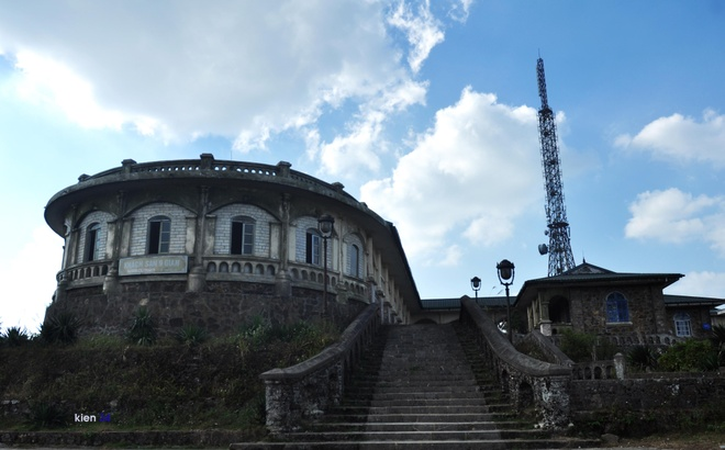Diện tích khu Mẫu Sơn khoảng 550 km². Khu dân cư sống rải rác gần khu rừng trồng, thuộc vành đai thấp với độ cao không quá 700 m so với mặt nước biển.
