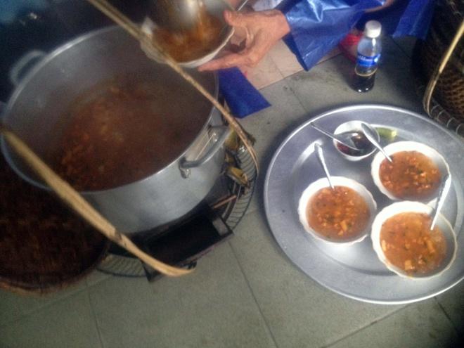Den Co Do nhung ngay dau dong hinh anh 10 Món bánh canh Nam Phổ nóng hổi làm ấm lòng du khách một buổi chiều mưa. Bánh canh Nam Phổ không bày hàng quán mà chỉ có những gánh hàng rong, bán kèm bánh nậm, bánh lọc.