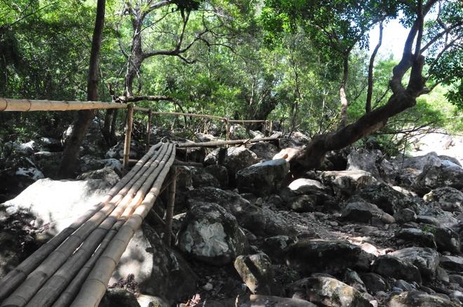 Bach Dong Danh Lam - Xin net hoang so con mai hinh anh 5 Đường vào suối nước Mooc.