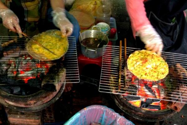 Diem danh nhung con duong nuong ngon kho cuong o Sai Gon hinh anh 5 Bánh tráng nướng Trời tối cũng là lúc mà những lò than đỏ thêm rực rỡ. Đến từ xứ lạnh Đà Lạt, miếng bánh tráng với mắm ruốc, thịt bằm, trứng cút, hành lá… trộn đều, nướng trên bếp than đã nhanh chóng hút hồn người Sài Gòn mê món vặt.  Ngoài các nhân truyền thống kể trên, người bán còn biến tấu thêm các loại nhân hấp dẫn khác như: xúc xích, gà xé, khô bò, hải sản, trứng gà, phô mai... để thay đổi khẩu vị cho thực khách.