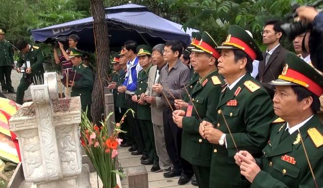 Ban Tổ chức dâng hương trước mộ Đại tướng Võ Nguyên Giáp.