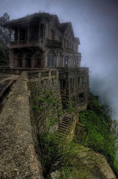 Khách sạn De Salto nằm ở gần thác nước Tequendema, tại Colombia. Nơi này được mở cửa vào năm 1928, để phục vụ các du khách tới chiêm ngưỡng thác nước với độ cao 157m. Tuy nhiên, đến những năm 1990, khách sạn bị buộc phải đóng cửa vì lượng du khách tới tham quan thác nước ngày càng giảm. Tới năm 2012, khách sạn đã trở thành một bảo tàng trưng bày. Nhưng do nằm ở một địa điểm khá hoang vắng, cộng với điều kiện đi lại khá xa xôi khiến nơi này mang vẻ lạnh lẽo và bí ẩn.