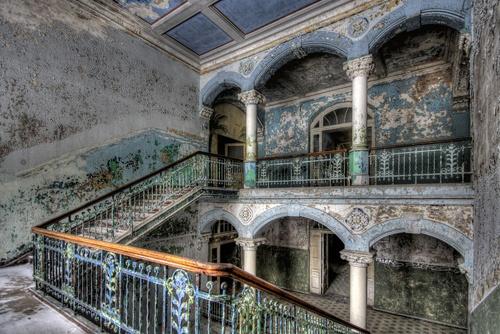 Đây là hình ảnh chụp lại một góc trong bệnh viện tổng hợp Beelitz-Heilstatten ở Đức. Bệnh viện này được xây dựng vào cuối những năm 1800, từng là nơi giúp Adolf Hitler trải qua quá trình hồi phục vết thương chân từ trận chiến Somme vào năm 1916. Nơi đây khiến du khách ngỡ ngàng bởi vẻ đẹp của kiến trúc và dấu ấn lịch sử. Kiến trúc bệnh viện đến nay vẫn còn nguyên vẹn, nhưng hầu hết cả bệnh viện đã bị bỏ hoang kể từ sau khi Liên Xô cũ rút khỏi nơi này vào năm 1995.