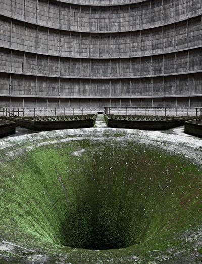 Nơi sâu hun hút này là một tòa tháp giảm nhiệt trong khu nhà máy năng lượng tại Monceau, Bỉ, có kiến trúc mang hình dáng một chiếc kèn đồng khổng lồ. Nhà máy này đã bị bỏ hoang với rêu cỏ mọc đầy xung quanh, nhưng vẫn khiến một số du khách trên thế giới tới xem tận mắt, để thỏa trí tò mò với chiếc