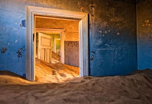 Kolmanskop là một thị trấn nhỏ ở Namibia, từng là nơi định cư của nhiều công nhân. Trước đây, nơi này có mỏ kim cương giàu có, thu hút người Đức tới khai thác ồ ạt trong những năm 1990. Sau khi mỏ kim cương tại đây bắt đầu cạn kiệt, các nhóm người khai thác cũng dần rời bỏ. Đến năm 1950, thị trấn này trở nên hoang vu không bóng người, đến nay lại thành điểm thu hút các khách du lịch và các nhiếp ảnh gia.