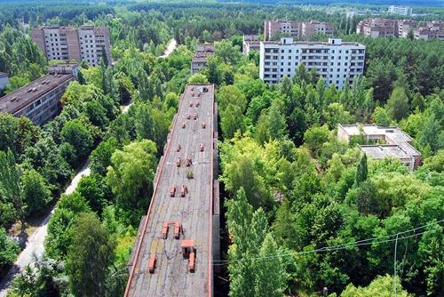 """Pripyat là một thành phố bị bỏ hoang tại Ukraine, nằm gần biên giới của Belarus. Nơi đây được xây dựng vào ngày 4/2/1970, từng là thành phố hạt nhân của Liên Xô cũ. Tuy nhiên, năm 1986, nơi này đã xảy ra thảm họa ở nhà máy hạt nhân, khiến toàn bộ cư dân phải sơ tán. Cho đến nay, Pripyat trở thành một thành phố """"ma"""", chỉ có dân du lịch tò mò mới dám lui tới."""