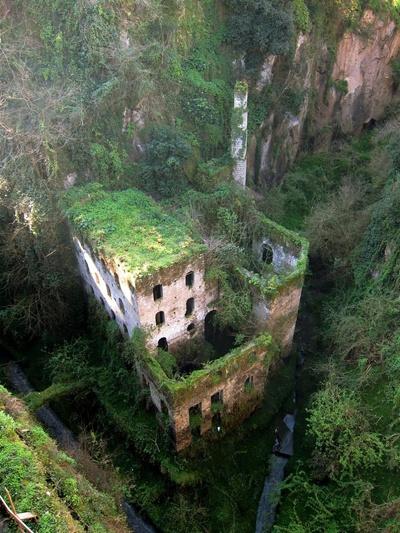 Tòa nhà này là một nhà máy bị bỏ hoang, nằm trên một thung lũng tại Sorrento, Italia. Nhà máy nằm ở vị trí biệt lập, cách xa biển, được xây dựng với tác dụng làm tăng độ ẩm trong khu vực. Nơi đây đã bị cấm hoạt động từ năm 1866 và trông như một tòa lâu đài bí ẩn.