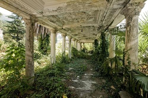 Đây là một ga xe lửa nằm ở Sukhumi, Abkhazia, từng là nơi bị cấm trong suốt chiến tranh ở giai đoạn năm 1992 – 1993. Những tranh chấp diễn ra giữa Georgia và Nga tại khu vực này đã khiến nơi đây bị cô lập. Nhưng những dấu tích của một thời huy hoàng và phát triển thì vẫn còn đây, đặc biệt là những kiến trúc đẹp mắt, cổ điển.