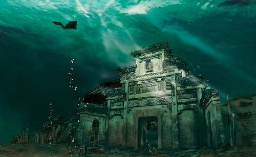 """Ở tỉnh Chiết Giang, Trung Quốc, có một thành phố nằm dưới nước và đã trải qua 1341 năm tuổi, có tên Shicheng hay còn được gọi là Lion City. Nơi này bắt đầu bị chìm dưới nước vào năm 1959, trong khi các trạm thủy điện được xây dựng tại đây. Mặc dù bị """"mắc kẹt"""" dưới nước trong nhiều năm, nhưng gần như toàn bộ thành phố vẫn còn nguyên vẹn, trở thành một hình ảnh đầy huyền bí. Chính môi trường dưới nước lại giúp cho thành phố này tránh khỏi sự xói mòn từ thời tiết."""