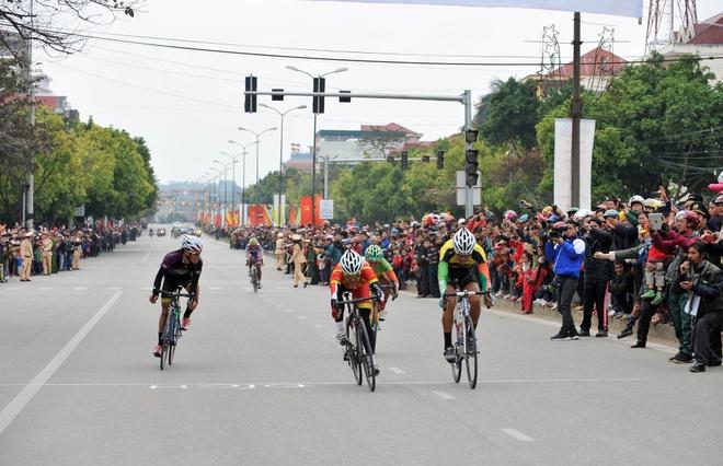 Chang 10 cuoc dua xe dap xuyen Viet, Soc Son toi Bac Kan hinh anh 2 Vận động viên Trần Duy Nhân về nhất tại chặng 10 thị xã Bắc Kạn.