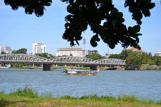 Co mot Hue... khac thuong trong toi hinh anh 5 Dòng sông Hương thơ mộng - cây cầu Tràng Tiền 12 nhịp muôn đời vẫn luôn là biểu tượng đẹp của Huế.