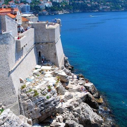 8 bar la nhat the gioi hinh anh 1 Bar bên sườn biển, Dubrovnik, Croatia: Thành phố Dubrovnik rạng ngời trong nắng, với nhiều điểm giải trí thu hút khách du lịch, trong đó không thể bỏ qua quán bar bên sườn biển có lối vào nằm trong một ngõ nhỏ yên tĩnh. Du khách có thể ngồi chơi ở bãi hiên dựng trên nền một phiến đá lớn, quay mặt ra biển đón gió, hoặc men theo thang đá xuống bãi biển nô đùa với sóng hay phơi nắng. Đồ uống của quán rất đắt, nhưng điều đó không hề làm giảm số lượng đông đảo khách du lịch muốn đến đây trải nghiệm cảm giác chìm mình trong nắng gió biển nhâm nhi ly cà phê.