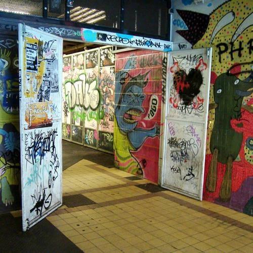 8 bar la nhat the gioi hinh anh 3 Bar Recyclart, Brussels, Bỉ: Một phần của Recyclart dựng ở trạm điện ngầm đã phế bỏ giữa ga tàu hỏa và nhà cầu nguyện của Brussels, nơi đây quả là vô cùng thú vị. Ở đây, du khách có thể tham quan những tác phẩm nghệ thuật, thưởng thức đồ uống và âm nhạc.