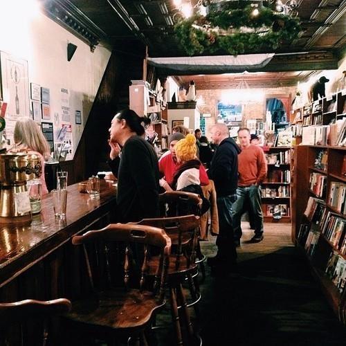 8 bar la nhat the gioi hinh anh 5 Bar Spotty Dog Books & Ale Hudson, Hudson, New York: Nằm trên Hudson hoa lệ, nơi đây từ năm 1889 đến 2002 là một trạm cứu hỏa. Còn giờ đây, trên những giá sách kia là hơn 10.000 đầu sách. Bạn thấy thích không? Vừa là hiệu sách, vừa là bar. Bạn có thể vừa nhâm nhi vừa đọc bất cứ gì bạn muốn.