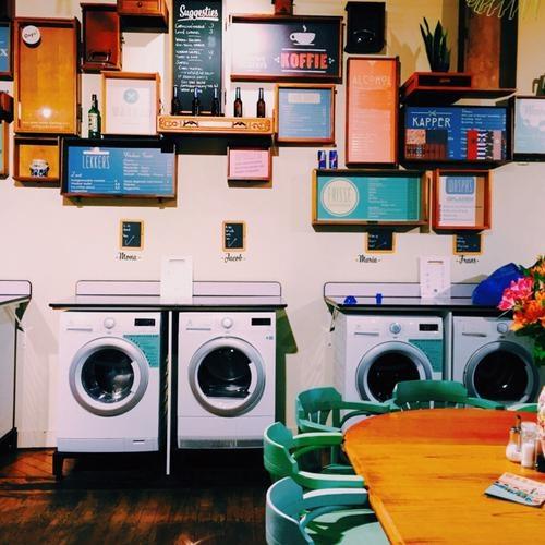 8 bar la nhat the gioi hinh anh 6 Wasbar, Ghent, Bỉ: Quán này vừa cà phê vừa rượu, dọc tường là máy giặt các loại hãng, sau tường là nước giặt. Những ai đang có cả đống đồ cần giặt, lại mệt mỏi, lại thích cà phê hay bia, thì không còn nơi đâu lý tưởng hơn bar này.