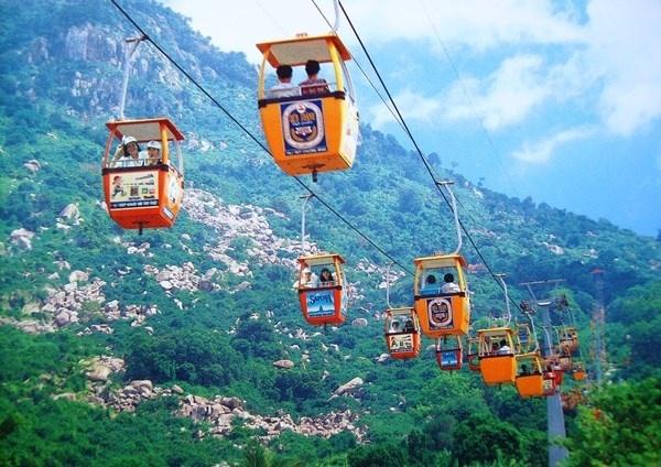 Nhung le hoi Xuan khong the bo qua dip Tet Nguyen dan hinh anh 11 Lễ hội núi Bà Đen, Tây Ninh Hội xuân núi Bà Đen năm nay được khai mạc đúng mùng 4 Tết Nguyên Đán và kéo dài đến hết tháng Giêng. Đây là lễ hội truyền thống nổi tiếng Tây Ninh và các tỉnh Đông Nam Bộ. Du khách có thể lên chùa Bà trên núi bằng cách đi bộ hoặc hệ thống máng trượt, cáp treo. Ngoài hành hương lễ Phật đầu năm, núi Bà Đen với độ cao 968 m còn là thử thách thú vị với nhiều bạn trẻ mê chinh phục.