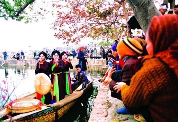 Nhung le hoi Xuan khong the bo qua dip Tet Nguyen dan hinh anh 4 Hội Lim, Bắc Ninh  Hội Lim là một lễ hội lớn đầu xuân vùng Kinh Bắc được tổ chức từ ngày 12 đến 14 tháng Giêng hàng năm, trên địa bàn huyện Tiên Du, tỉnh Bắc Ninh. Vào 8h sáng, hội Lim được mở đầu bằng lễ rước. Đoàn rước với đông đảo người dân tham gia trong những bộ lễ phục ngày xưa, sặc sỡ sắc màu và cũng vô cùng cầu kì, đẹp mắt kéo dài tới cả gần cây số. Trong ngày lễ, có nhiều nghi lễ và trò chơi dân gian như đấu võ, đấu vật, đấu cờ, đu tiên, thi dệt cửi, nấu cơm.