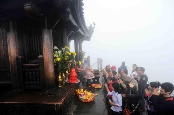 Nhung le hoi Xuan khong the bo qua dip Tet Nguyen dan hinh anh 5 Lễ hội Yên Tử, Quảng Ninh  Là một trong những trung tâm Phật giáo của Việt Nam, Yên Tử mỗi năm vào mùa lễ hội thu hút hàng trăm nghìn lượt khách hành hương.  Lễ hội Yên Tử được tổ chức hàng năm bắt đầu từ ngày 10 tháng giêng và kéo dài hết tháng 3 (âm lịch). Hàng năm, tới dịp lễ hội, du khách đổ về Yên Tử (Quảng Ninh) từ sáng sớm, hăm hở leo núi để được chạm tới ngôi chùa làm bằng đồng nằm trên đỉnh non thiêng.