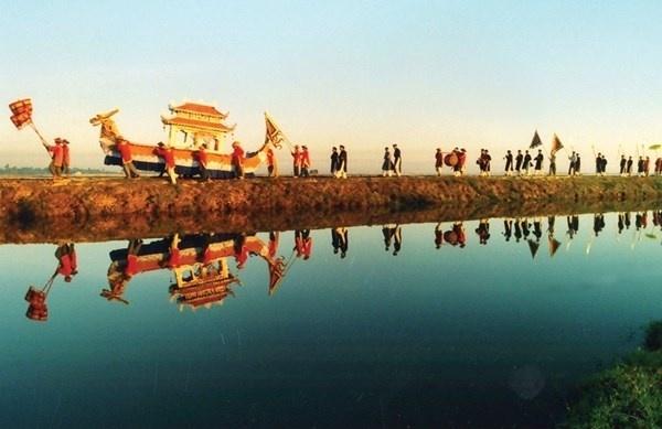 Nhung le hoi Xuan khong the bo qua dip Tet Nguyen dan hinh anh 8 Hội cầu ngư, Huế Hàng năm vào ngày 12 tháng Giêng, cư dân Thái Dương Hạ, Thuận An lại long trọng tổ chức hội Cầu ngư. Trò diễn bủa lưới trong hội cầu ngư sẽ được tổ chức trước đình làng. Sau đó là cuộc đua thuyền trên phá của các xã lận cận. Kết thúc buổi lễ là buổi cơm thân mật giữa quan khách và dân làng ở địa phương. Lễ hội cầu ngư được tổ chức để tỏ lòng nhớ ơn vị cai canh làng là Trương Thiều, được gọi một cách kính cẩn là Trương Quý Công.