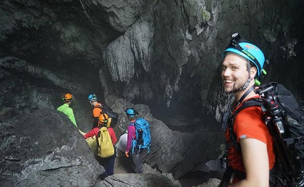Tu Petra 360 den Son Doong 360 hinh anh 1 Một thành viên trong nhóm thực hiện dự án Son Doong 360 cho National Geographic đang ở cửa hang Sơn Đoòng chiều 26-1-2015 - Ảnh: Huy Tường.