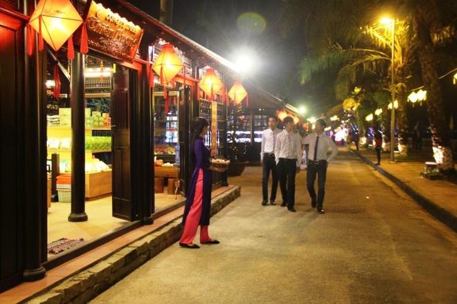 Pho di bo Hue hoat dong hinh anh 1 Phố đêm Huế nằm dọc sông bờ nam sông Hương với không gian nhà rường truyền thống - Ảnh: PHAN THÀNH.