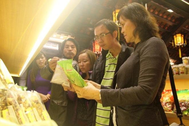 Pho di bo Hue hoat dong hinh anh 2 Du khách tham quan gian hàng tại phố đi bộ Huế sau khi được khai trương - Ảnh: PHAN THÀNH.