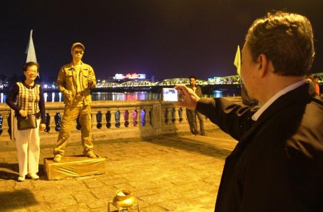 Pho di bo Hue hoat dong hinh anh 3 Chụp hình bên tượng người ở phố đi bộ Huế - Ảnh: PHAN THÀNH.