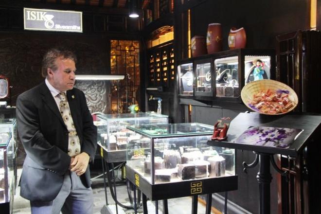 Pho di bo Hue hoat dong hinh anh 4 Một du khách tham quan gian hàng thủ công, mỹ nghệ - Ảnh: PHAN THÀNH.