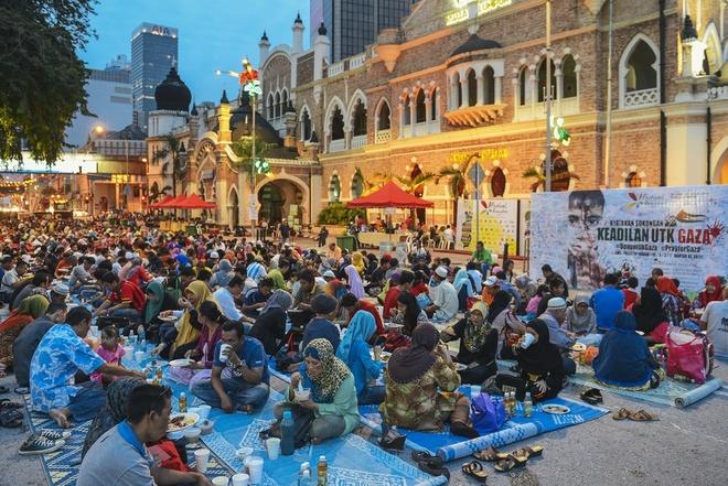 10. Lễ hội Ramadhan. Chương trình là lễ dâng trong tháng Ramadan, tháng của thờ phượng và yêu thương giữa con người với nhau thông qua việc ban phát phúc lợi. Nó cũng giúp nuôi dưỡng các mối quan hệ gần gũi hơn thông qua việc tham gia vào hàng loạt các chương trình cộng đồng khác nhau và các hoạt động lễ hội; đồng thời thúc đẩy nghệ thuật và văn hóa Hồi giáo cho cả khách du lịch trong nước và quốc tế. Thời gian: 18/06 – 17/07/2015 tại Kuala Lumpur.