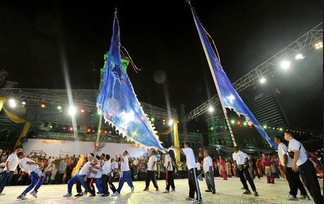 1. Lễ Diễu hành Chingay 2015. Chingay Parade là sự kiện diễu hành đường phố để mừng Tết Nguyên Đán, diễn ra lần đầu tiên tại Johor Bahru vào năm 2006. Lộ trình cuộc diễu hành dài 15km và đi qua các con đường của thành phố Johor Bahru với khoảng 145 nhóm biểu diễn lân sư rồng, nhào lộn, đánh trống, cồng chiêng và đoàn xe diễu hành được trang trí nổi bật. Chương trình diễn ra từ giữa trưa đến sau nửa đêm. Thời gian: 26/02/2015 tại Johor Bahru.