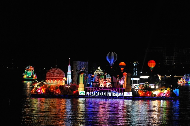 8. Lễ hội Đêm Huyền diệu 2015. Hãy thắp sáng buổi tối của bạn với ánh sáng lấp lánh từ những chiếc thuyền diễu hành được trang trí lộng lẫy từ các bang của Malaysia, giới thiệu hình ảnh Malaysia như một trong những điểm đến du lịch hàng đầu thế giới. Sự kiện sẽ trình diễn bản sắc văn hóa và giá trị quý báu của các bang tham gia, hứa hẹn sẽ đem đến cho du khách một buổi tối lộng lẫy và thú vị. Thời gian: 28 - 31/05/2015 tại Marina, Putrajaya.