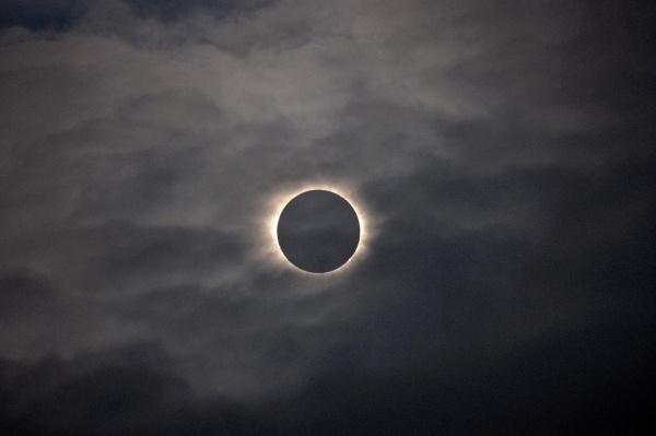 Nhật thực toàn phần nhìn thấy thông qua các đám mây trên bầu trời Vagar, quần đảo Faeroe ngày 20/3.
