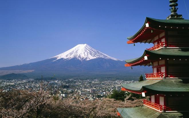 """18 trai nghiem lam nen chuyen du lich Nhat Ban dung nghia hinh anh 11 11. Leo núi Phú Sĩ  Phú Sĩ là ngọn núi cao nhất Nhật Bản và là biểu tượng của """"đất nước mặt trời mọc"""". Với người dân Nhật, núi Phú Sĩ là """"ngọn núi thiêng"""", """"ngọn núi thần"""" che chở cho nước Nhật, đem đến sự tốt lành, may mắn. Mặc dù thời gian mở cửa không nhiều, nhưng hàng năm nơi đây đều thu hút khoảng 25 triệu người Nhật Bản và khách nước ngoài đến tham quan, du lịch."""