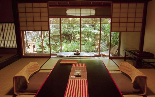 """18 trai nghiem lam nen chuyen du lich Nhat Ban dung nghia hinh anh 12 12. Nghỉ ngơi tại một Ryokan  Ryokan là những quán trọ truyền thống của Nhật. Tại đây, du khách sẽ được nghỉ ngơi trong những căn phòng được trang trí đậm chất Nhật, sẽ được thoải mái chiêm ngưỡng những người phục vụ mặc kimono. Bạn cũng sẽ được phục vụ một bữa ăn sáng và tối theo phong cách truyền thống, tuy nhiên giá cả thì không """"bèo"""" một chút nào."""