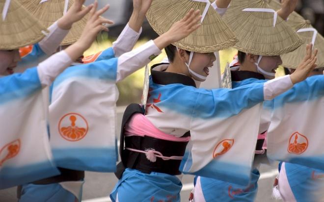 18 trai nghiem lam nen chuyen du lich Nhat Ban dung nghia hinh anh 13 13. Tham gia lễ hội Awa Odori Matsuri  Awa Odori Matsuri là lễ hội múa của tỉnh Tokushima. Hàng năm, cứ vào khoảng giữa tháng 8, khắp nơi trong tỉnh Tokushima lại rộn ràng không khí của lễ hội này. Nổi bật nhất về quy mô cũng như tiếng tăm có lẽ là lễ hội do thành phố Tokushima tổ chức. Sau này, lễ hội này không còn giới hạn trong tỉnh Tokushima nữa mà đã được tổ chức ở nhiều địa phương khác nhau ở Nhật, kể cả Tokyo. Du khách không có điều kiện đến Tokushima thì có thể tham dự lễ hội ở Koenji, nơi tổ chức lễ hội này nổi tiếng nhất ở Tokyo.