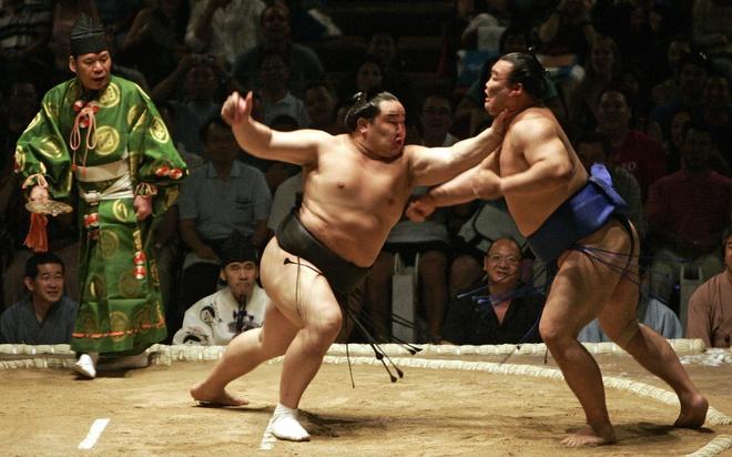 18 trai nghiem lam nen chuyen du lich Nhat Ban dung nghia hinh anh 14 14. Xem một trận đấu Sumo  Sumo là một trong số những môn thể thao truyền thống mang tính biểu tượng của Nhật Bản. Tại Tokyo, du khách có thể ghé thăm bảo tàng Sumo tọa lạc ở sân vận động Ryogoku Kokugikan để xem các trận đấu võ Sumo.