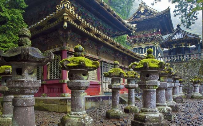 """18 trai nghiem lam nen chuyen du lich Nhat Ban dung nghia hinh anh 15 15. Ghé thăm """"thiên đường du lịch"""" Nikko  Nikko là một trong những địa điểm du lịch nổi tiếng và đẹp nhất Nhật Bản với cảnh sắc hữu tình, bốn mùa hoa tươi cỏ lạ, mỗi mùa có một vẻ đẹp đặc trưng riêng. Nikko Toshogu, đền Nikko Futarasan, chùa Rinno, hồ Chuzenji, thác Kego… là những thắng cảnh bạn không thể bỏ qua khi tới thiên đường Nikko."""