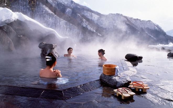 18 trai nghiem lam nen chuyen du lich Nhat Ban dung nghia hinh anh 16 16. Tắm suối nước nóng   Nhật Bản là một trong những nơi sở hữu nguồn suối nước nóng dồi dào nhất trên thế giới do địa hình ở đây có nhiều núi lửa. Nhiều người thường nói vui rằng du lịch Nhật Bản mà chưa tắm suối nước nóng coi như chưa đến Nhật.