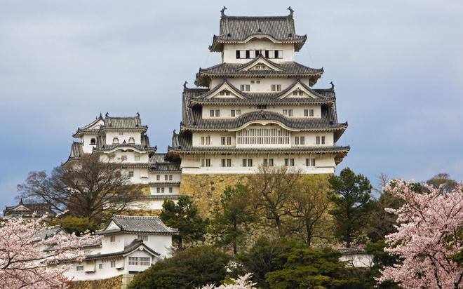 18 trai nghiem lam nen chuyen du lich Nhat Ban dung nghia hinh anh 17 17. Ghé thăm lâu đài Himeji  Lâu đài Himeji là một trong những di tích lịch sử cổ và nổi tiếng nhất ở Nhật Bản. Himeji được người Nhật coi là quốc bảo. Tuy các lối đi trong lâu đài đã được đánh dấu rõ ràng, nhưng nhiều du khách khi tới viếng thăm vẫn bị lạc bởi hệ thống mê cung được xây dựng từ thời xa xưa. Himeji như một bức tranh thủy mặc với lâu đài nổi bật giữa một màu xanh bao la của cây cỏ, màu nâu xám của tường đá và điểm xuyết những sắc hoa rực rỡ.