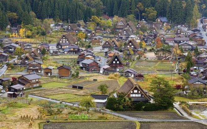 18 trai nghiem lam nen chuyen du lich Nhat Ban dung nghia hinh anh 18 18. Dạo quanh làng cổ Shirakawa  Ngôi làng cổ Shirakawa xinh đẹp nằm ở tỉnh Gifu thuộc miền trung Nhật Bản, với những ngôi nhà phủ đầy tuyết trắng là một di sản được UNESCO công nhận ở Nhật Bản, được biết nơi đây cũng từng là nơi tác giả Fujiko Fujio sáng tác những tập đầu tiên của bộ truyện tranh Đôrêmon nổi tiếng.
