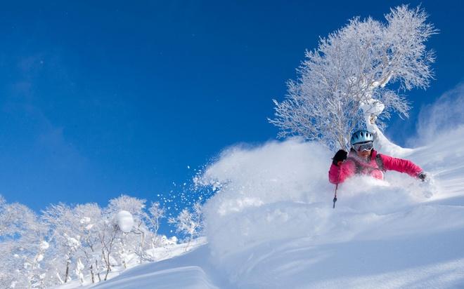 18 trai nghiem lam nen chuyen du lich Nhat Ban dung nghia hinh anh 2 2. Tham gia trượt tuyết  Vào mùa đông, tại Nhật có tới hơn 600 khu trượt tuyết mở cửa với vô vàn trò chơi thú vị từ tuyết và băng. Có những trò chơi bạn chỉ có thể tìm thấy tại đất nước này ví dụ như: trượt dốc tuyết trên một chiếc lốp cao su lớn, hay trên chiếc thuyền hình quả chuối.