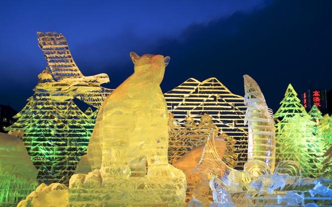 18 trai nghiem lam nen chuyen du lich Nhat Ban dung nghia hinh anh 4 4. Tham gia lễ hội băng tuyết Sapporo  Bao phủ bởi khung cảnh tuyết trắng xóa là ấn tượng đầu tiên khi bạn tới thăm thành phố Sapporo. Lễ hội được tổ chức trong tuần đầu tiên của tháng 2, tại đây bạn sẽ thực sự choáng ngợp bởi các tác phẩm nghệ thuật điêu khắc từ băng tuyết vô cùng độc đáo, mô phỏng các công trình kiến trúc, các kỳ quan nổi tiếng của thế giới và nhìn ngắm các cảnh quan mờ ảo, thấp thoáng trong tuyết.