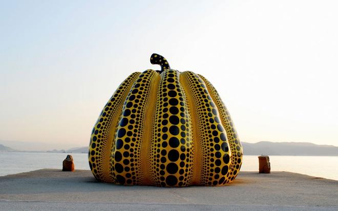"""18 trai nghiem lam nen chuyen du lich Nhat Ban dung nghia hinh anh 6 6. Ghé thăm """"hòn đảo nghệ thuật"""" Naoshima  Naoshima là một điểm dừng chân thú vị để du khách có thể thư thái, đắm mình trong cảnh đẹp thiên nhiên yên bình và thả hồn theo nghệ thuật. Naoshima được vinh danh là """"Hòn đảo nghệ thuật"""" bởi nghệ thuật len lỏi vào trong từng ngõ ngách nhỏ trên hòn đảo này. Những điểm dừng chân nổi tiếng ở đây là Benesse House, bảo tàng nghệ thuật Chichu, bảo tàng Lee Ufan và dự án cảnh quan Nhà nghệ thuật."""
