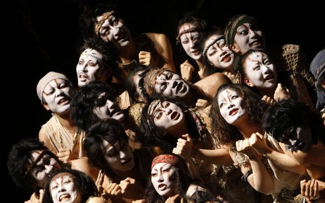 18 trai nghiem lam nen chuyen du lich Nhat Ban dung nghia hinh anh 7 7. Xem một buổi trình diễn nghệ thuật Kabuki  Kabuki là một trong 3 loại hình nghệ thuật sân khấu chính của Nhật Bản, cùng với kịch No và kịch rối Bunraku. Kabuki ra đời vào đầu thế kỷ 17 dưới hình thức biểu diễn tạp kỹ, sau đó trở thành một loại hình kịch nghệ được ưa chuộng nhất trong thời kỳ Edo. Bằng sự kết hợp giữa nghệ thuật diễn xuất, múa và âm nhạc, Kabuki là môn nghệ thuật hết sức độc đáo và hiện được công nhận là một trong những loại hình kịch nghệ truyền thống vĩ đại của thế giới.