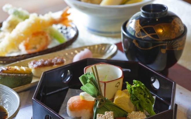 18 trai nghiem lam nen chuyen du lich Nhat Ban dung nghia hinh anh 9 9. Thưởng thức món Kaiseki Ryori  Kaiseki Ryori được xem là món ăn thể hiện sự tinh túy của ẩm thực Nhật Bản. Món ăn này sử dụng nguyên liệu theo mùa chủ yếu gồm rau, cá, rong biển, nấm và có hương vị tinh tế đặc trưng.