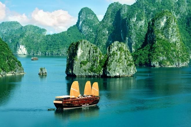 Ngoài ra còn phải kể đến Quan Lạn, bãi tắm rất đẹp và hoang sơ đang ngày một thu hút hơn với du khách. Tuy nhiên nổi tiếng nhất chính là Vịnh Hạ Long, di sản thiên nhiên đã được UNESCO công nhận là một trong bảy kỳ quan thiên nhiên thế giới. Ảnh: Dulichvietnam.