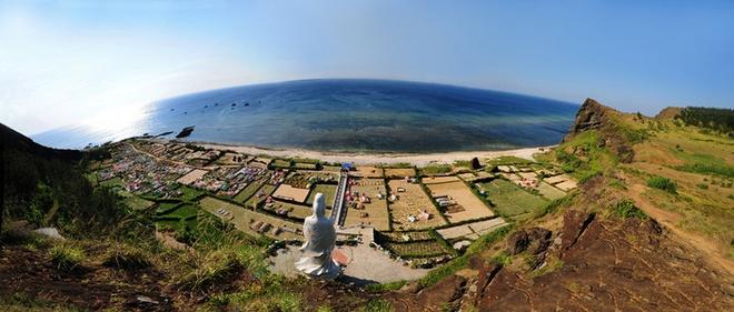 Thành phố Quảng Ngãi. Thành phố là trung tâm của tỉnh Quảng Ngãi ở vùng Nam Trung Bộ. Đây là vùng đất được thiên nhiên ưu ái với những cảnh đẹp pha trộn giữa đồi núi, biển xanh, thác trắng. Ảnh: Luaviettour.